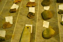 Lott av antikvitet och lerkärl arkivfoton