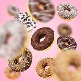 Lott av att flyga f?r choklad av fallande donuts royaltyfri bild