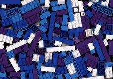 Lott av cyan, blå och purpurfärgad Lego tegelstenbakgrund för vit, Royaltyfria Foton