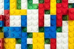 Lott av färgrik bakgrund för regnbågeleksaktegelstenar Bildande leksak för barn som isoleras på vit bakgrund framförande 3d royaltyfri foto
