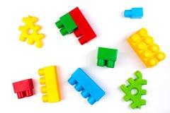 Lott av färgrik bakgrund för regnbågeleksaktegelstenar Bildande leksak för barn som isoleras på vit bakgrund framförande 3d royaltyfria foton