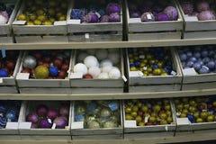 Lott av färgrika exponeringsglasjulbollar som säljs i supermarket arkivbild