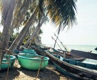 lott av fishermensfartyg på havet för seacoastsoluppgånghorisont Arkivfoton