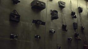 Lott av gamla olika filmkameror och fotokameror lager videofilmer
