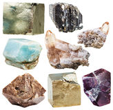 Lott av isolerade naturliga mineraliska crystal gemstones Arkivfoto