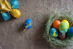Lott av kulöra ägg på säckväven Royaltyfri Fotografi