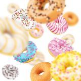 Lott av mångfärgade donuts fotografering för bildbyråer