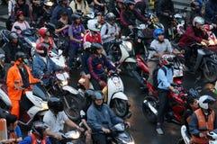 Lott av motorcyklar som väntar på trafiksignalen i den Bangkok staden i aftonen efter kontorsrusningstid royaltyfria bilder