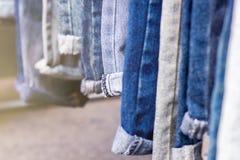 Lott av olik jeans, selektiv fokus fotografering för bildbyråer