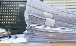Lott av papper för arbetsdokument på skrivbordkontoret arkivbilder