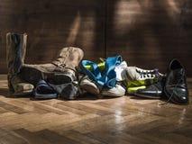 Lott av skor spridda vänd av efter partiet arkivfoto
