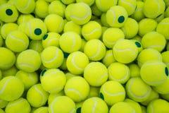 Lott av virant tennisbollar för bakgrund arkivfoton