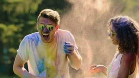 Lotta allegra fra due coppie al fest di colore, amici divertendosi, movimento lento archivi video