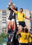 Lotta dei giocatori di rugby per la palla Fotografie Stock Libere da Diritti