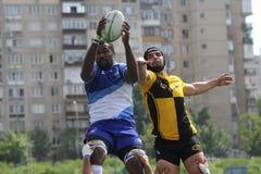 Lotta dei giocatori di rugby per la palla Immagine Stock Libera da Diritti