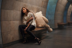 Lotta della ragazza e dell'orso immagini stock libere da diritti
