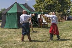 Lotta di due uomini in costume medioevale Fotografia Stock