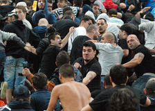 Lotta fra i sostenitori di calcio in Romania-Ungheria Immagini Stock