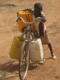 Lottando per portare la casa dell'acqua pulita, Burkina Faso Fotografia Stock Libera da Diritti