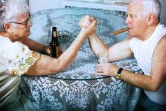 Lottare di braccio della donna e dell'uomo Fotografia Stock Libera da Diritti