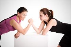 Lottare di braccio delle due donne di affari Immagini Stock Libere da Diritti