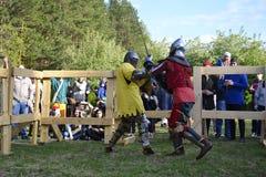 Lotte cavalleresche al festival di cultura medievale in Tjumen', R Immagine Stock Libera da Diritti