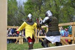 Lotte cavalleresche al festival di cultura medievale in Tjumen', R Immagini Stock Libere da Diritti