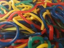 lotten av sötsaker av gummi som thin formas, avmaskar i variation av anstrykningar och färger arkivfoton
