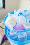Lotten av spädbarnet behandla som ett barn mjölkar flaskor Royaltyfri Foto