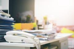 Lotter av oavslutade dokument på kontorsskrivbordet Hög av dokumentpapper royaltyfria foton