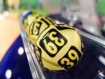 Lotteriebälle während der Extraktion Stockbilder