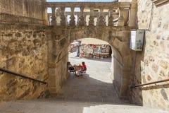 Lotterisäljare för turister under den Guadalupe Monastery bågen Arkivbild