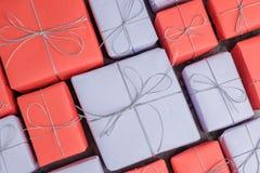 Lottgåvor som slås in i rött och lila papper royaltyfria foton