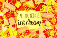 Lotti degli autoadesivi colourful della schiuma che descrivono i cuori, farfalle e bigné o gelato Estate o concetto di gioia immagine stock libera da diritti