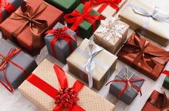 Lotti dei contenitori di regalo fondo, regali di Natale in carta Immagini Stock