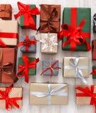 Lotti dei contenitori di regalo fondo, regali di Natale in carta Immagine Stock Libera da Diritti
