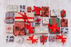 Lotti dei contenitori di regalo fondo, regali di Natale in carta Fotografie Stock Libere da Diritti