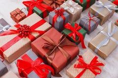 Lotti dei contenitori di regalo fondo, regali di Natale in carta Fotografia Stock Libera da Diritti