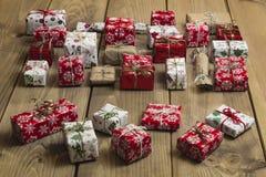 Lotti dei contenitori di regalo su fondo di legno Presente nel mestiere ed in passo Immagine Stock