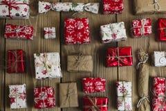 Lotti dei contenitori di regalo su fondo di legno Presente nel mestiere ed in passo Fotografia Stock