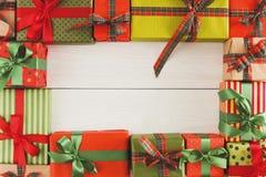 Lotti dei contenitori di regalo su legno bianco, regali di Natale in carta Fotografia Stock
