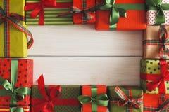 Lotti dei contenitori di regalo su legno bianco, regali di Natale in carta Immagini Stock Libere da Diritti