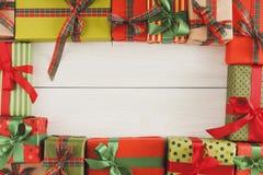 Lotti dei contenitori di regalo su legno bianco, regali di Natale in carta Immagini Stock