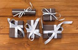 Lotti dei contenitori di regalo su legno, regali di Natale in carta Fotografie Stock Libere da Diritti