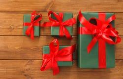 Lotti dei contenitori di regalo su legno, regali di Natale in carta Immagini Stock Libere da Diritti