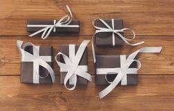 Lotti dei contenitori di regalo su legno, regali di Natale in carta Fotografia Stock Libera da Diritti