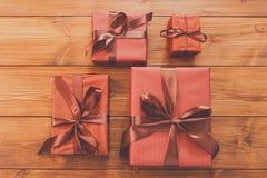 Lotti dei contenitori di regalo su legno, regali di Natale in carta Immagine Stock Libera da Diritti