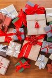 Lotti dei contenitori di regalo su legno, regali di Natale in carta Fotografia Stock