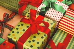 Lotti dei contenitori di regalo su legno, regali di Natale in carta Fotografie Stock