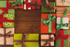 Lotti dei contenitori di regalo su legno, regali di Natale in carta Immagine Stock